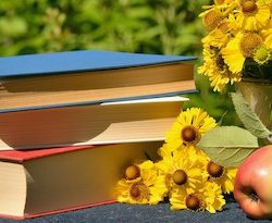 tavaszi kép kert olvasás könyvek virágok