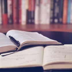 nyitott könyv jegyzetelés tanulás